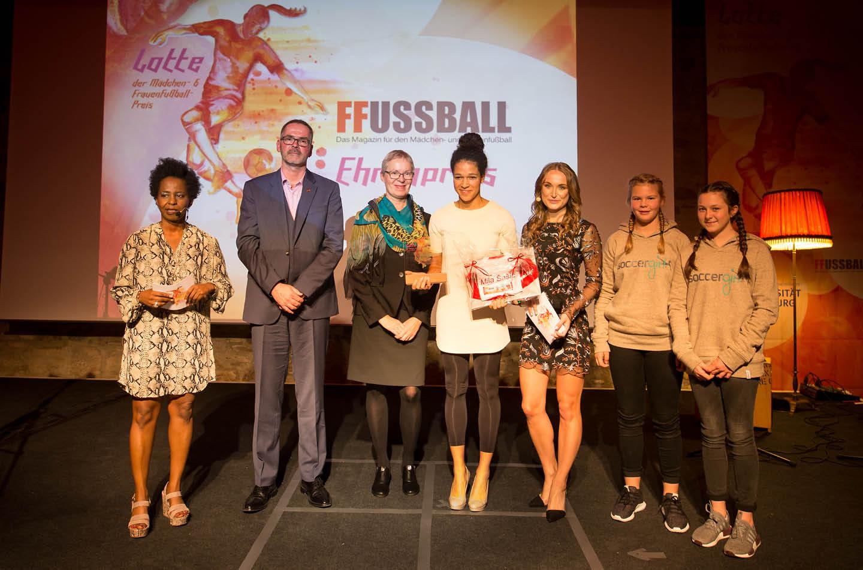 """Nele Schenker moderiert die Veranstaltung """"Latte, Frauenfußballpreis"""""""