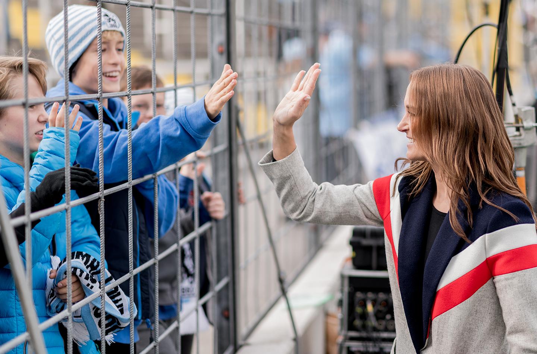 Nele Schenker begrüßt Fans im Fußballstadion