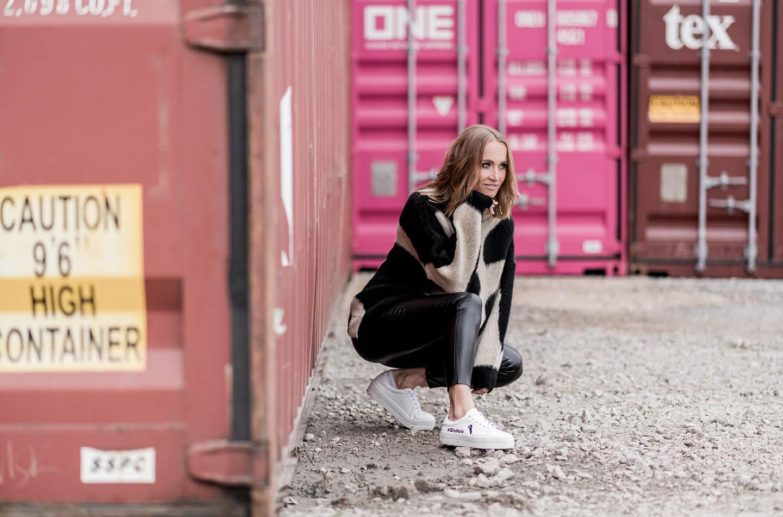 Nele Schenker beim Fotoshooting vor Container