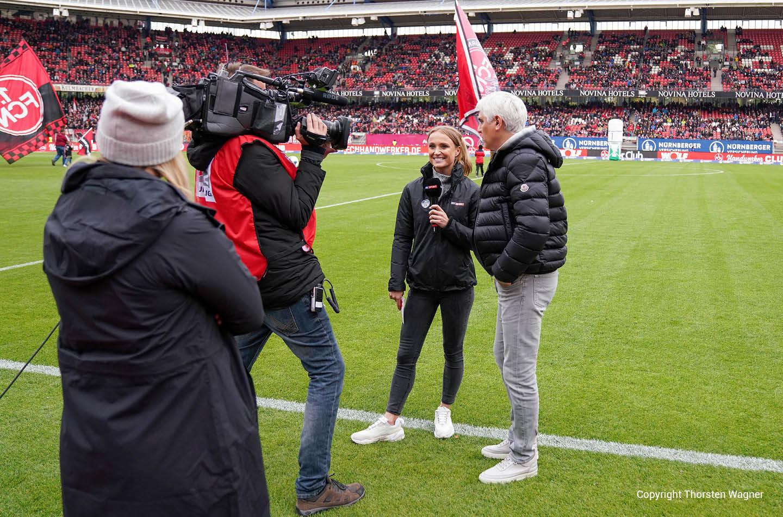 Nele Schenker vor der Kamera im Fußballstadion am interviewen als Sportmoderatorin
